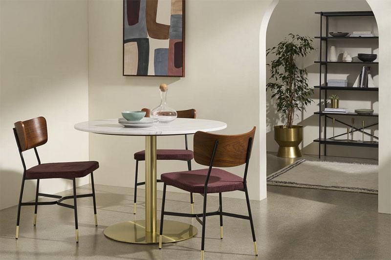 decoración del comedor con una mesa de mármol redonda