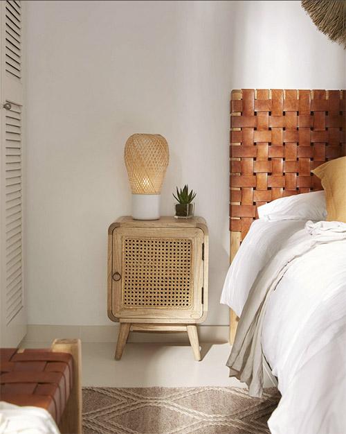 muebles de madera y ratán en la decoración de dormitorios