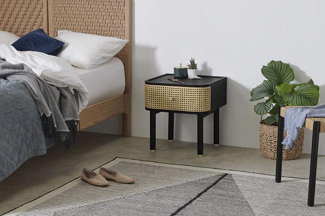 mesa auxiliar de madera y ratan para la decoración del dormitorio