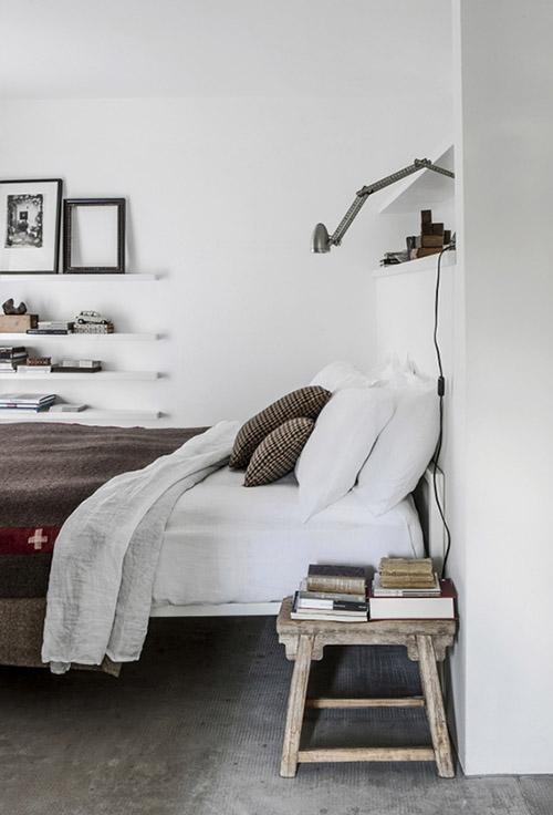 mesa auxiliar en el dormitorio