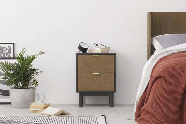 mesa de noche de madera con cajones de diseño vintage