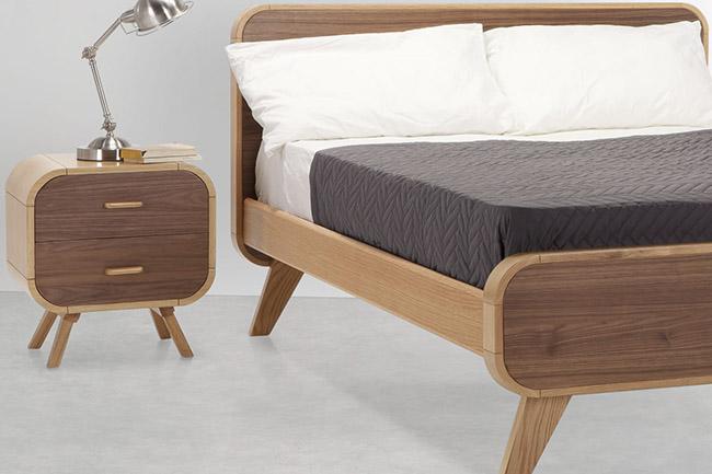 mesita de noche de madera con cajones de estilo vintage