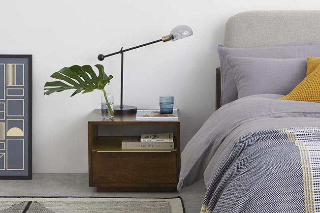 mesa de noche de madera con un cajón