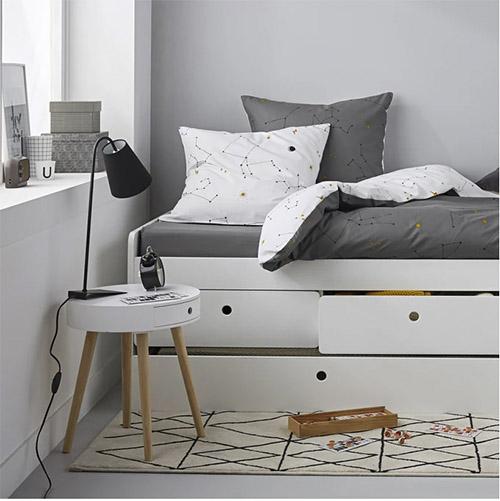 mesa auxiliar de color blanco para la decoración del dormitorio