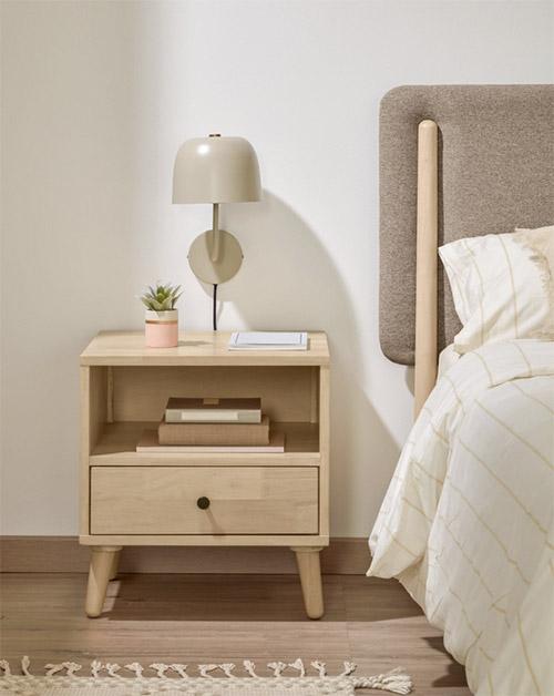 mesita de estilo nórdico de madera con un cajón