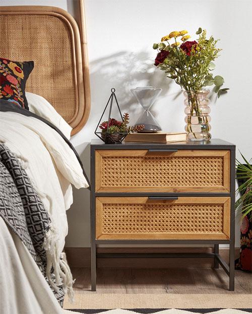 mesa de noche de madera y ratán de estilo retro