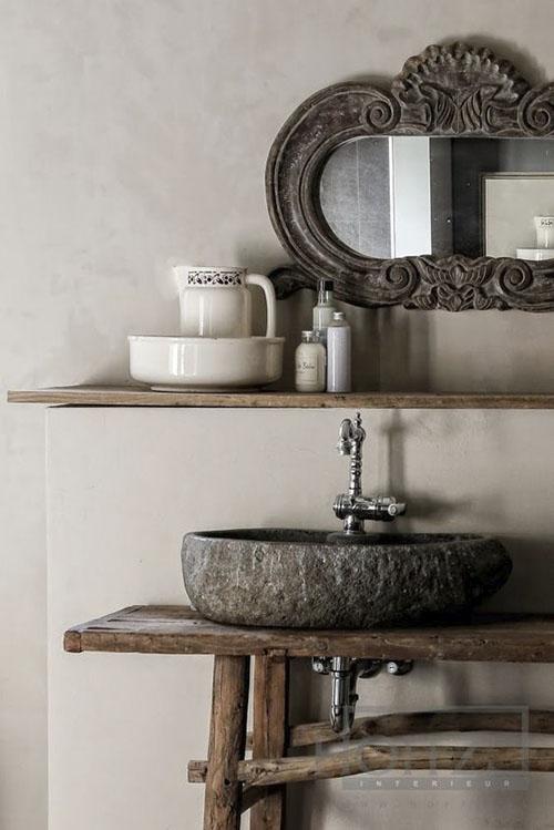 Encimera de piedra y mueble de madera sin tratar