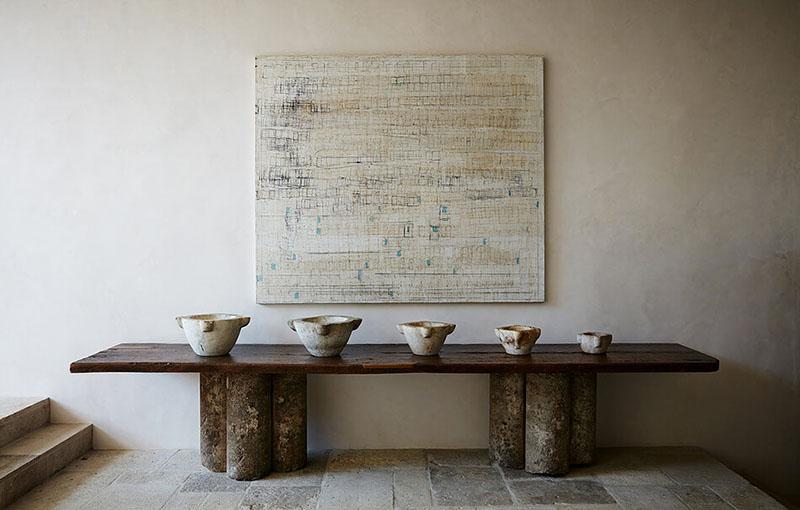 Objetos decorativos de cerámica y madera en un salón de estilo rústico