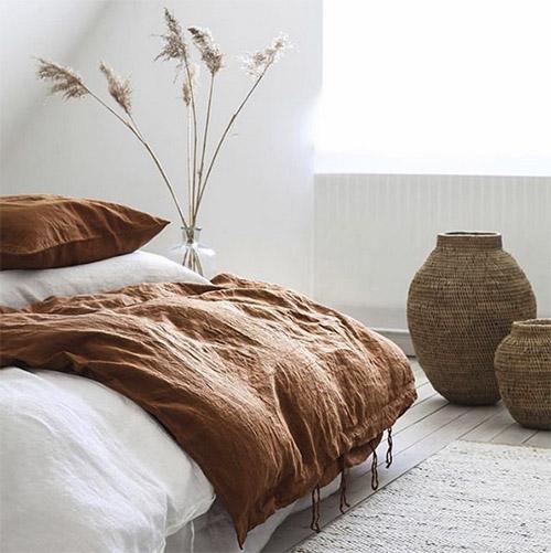 Muebles y accesorios de mimbre para decorar dormitorios