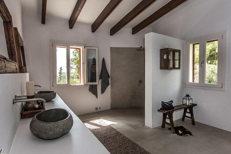 La madera y el color blanco en los cuartos de baños de estilo mediterráneo