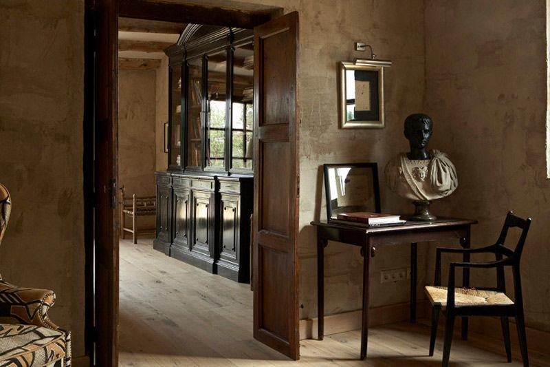 Muebles de madera oscura para decorar un dormitorio