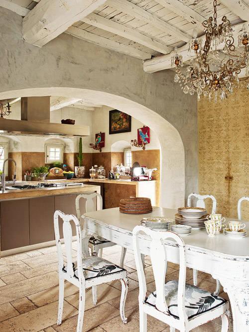 Espacio del desayuno en una cocina rural