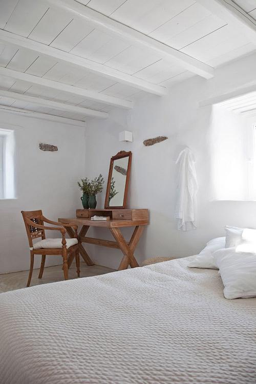 Mueble de madera en un dormitorio de estilo mediterraneo