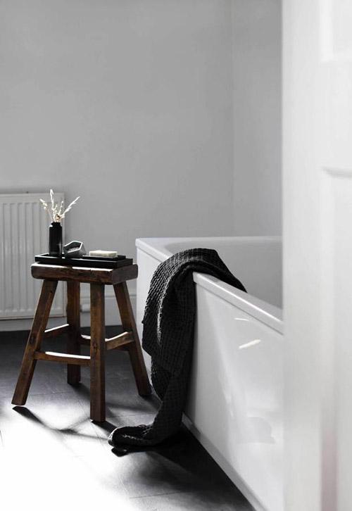 Cómo decorar un lavabo con taburetes de madera