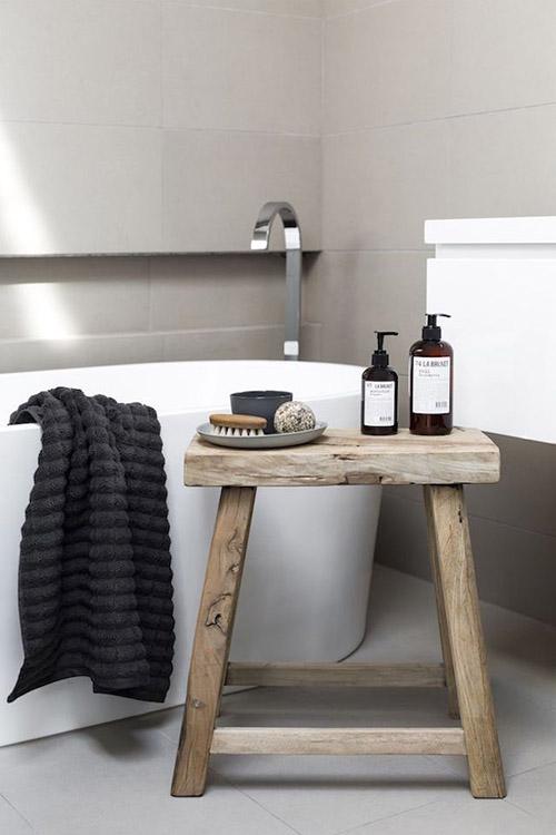 decoración de baños con taburetes de madera