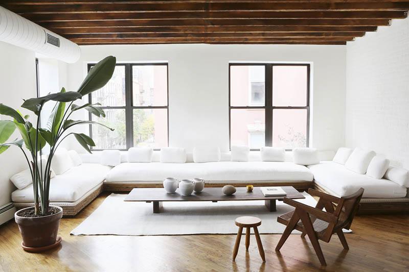 Madera y blanco en un salón de estilo minimalista