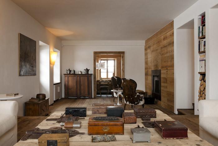 Objetos y piezas antiguas en la decoración del salón