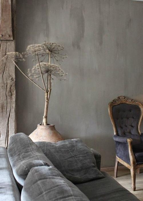 Plantas, troncos de madera y ramas secas en la decoracion wabi sabi