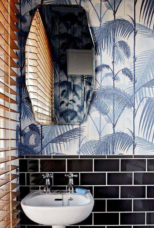 Decoración del baño con papel pintado en las paredes