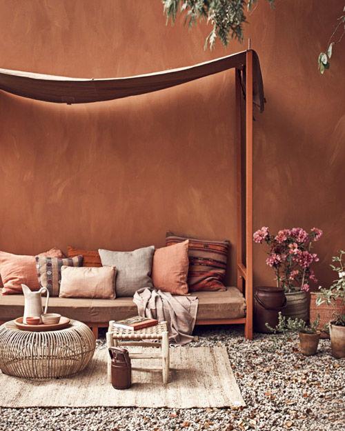 decoración del exterior con tonos terracotas