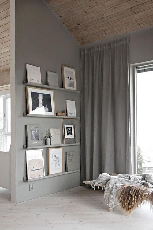 cuadros, fotos y libros en los estantes