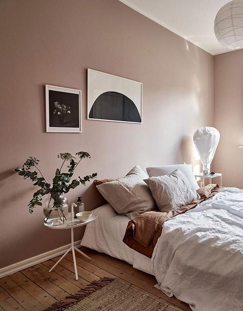 láminas en las paredes de la habitación