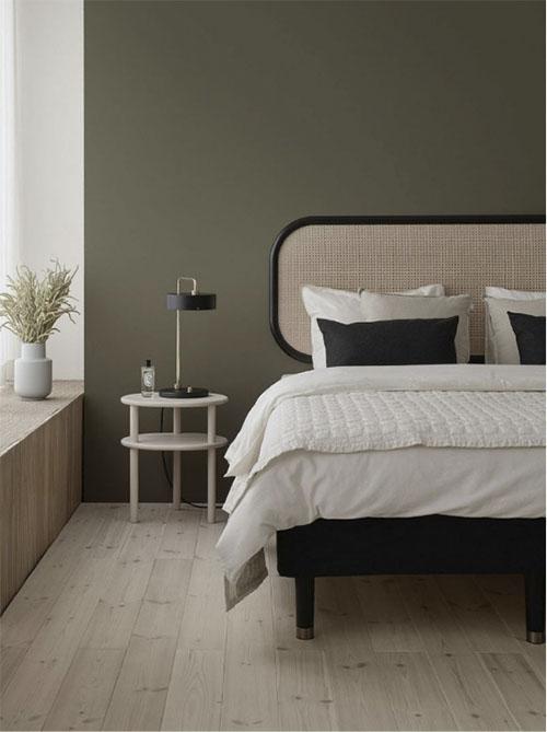 Tonos cálidos de verde en la decoración de una habitación