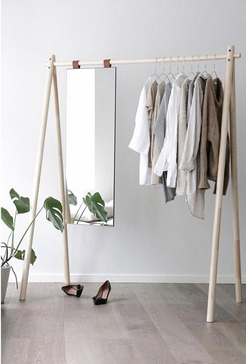 perchero de pie de madera con espejo