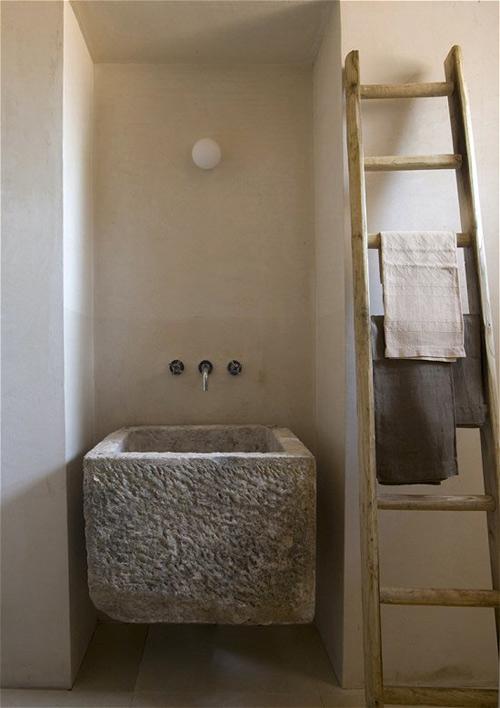 piedra y madera para decorar el baño