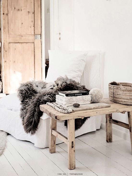 Pieles, madera y mimbre para decorar de forma natural
