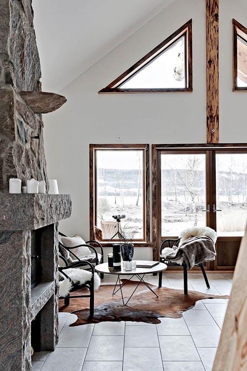 Cálidos textiles y muebles de madera en un salón de estilo nórdico
