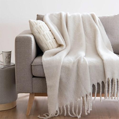 como usar y colocar una manta en el sofa