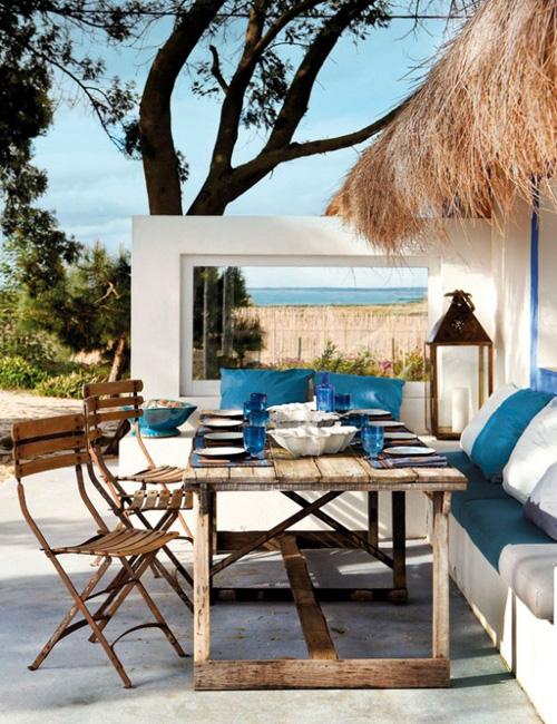 Blanco y azul del mar en una terraza mediterránea