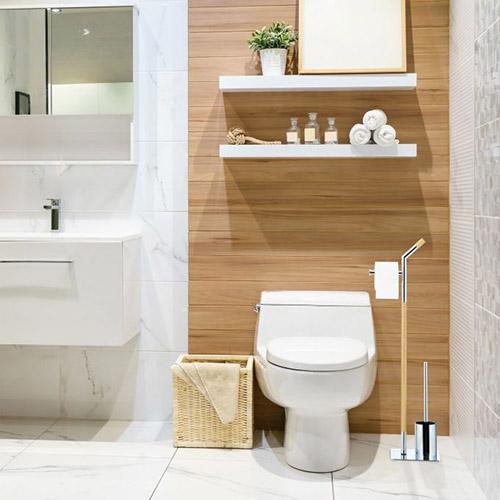 decoración del cuarto de baño con accesorios de madera