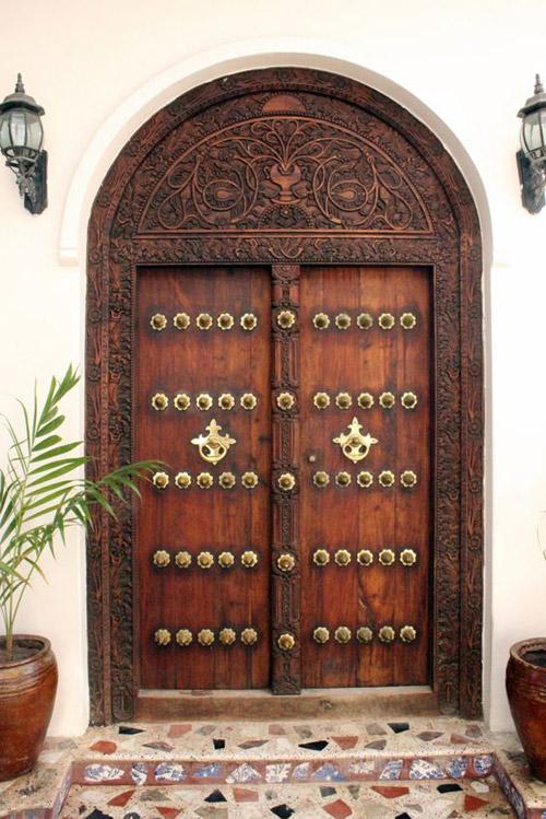 Puerta en Stone Town en Zanzíbar