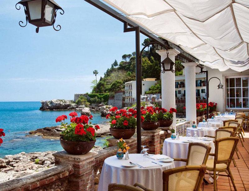 terraza del hotel Belmond Villa Sant'Andrea en sicilia