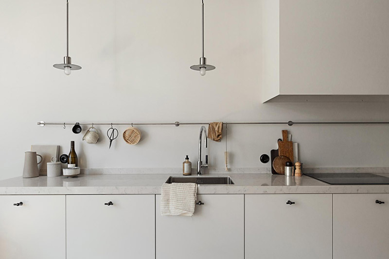 riel colgante en la cocina para colgar tazas, utensilios y demás cachivaches