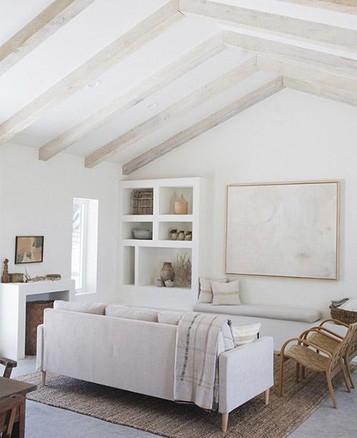 Salón rústico blanco con tonos de marrón y beige