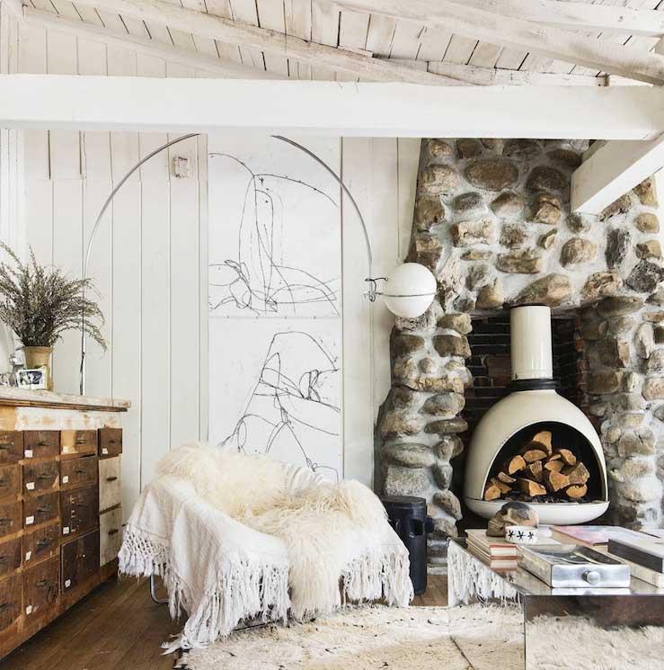 Salón de estilo nórdico en una casa de madera