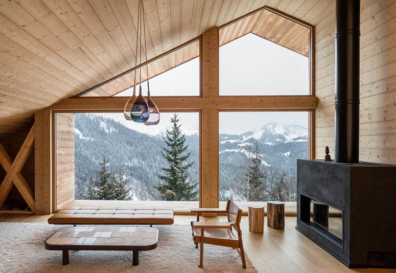 Grandes ventanales en un chalet de madera