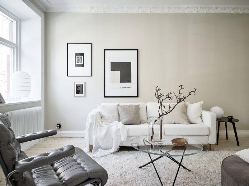 Salón con las paredes pintadas de color beige claro