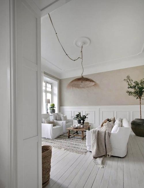 salón de estilo nórdico con madera, blanco y beige