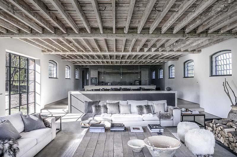Espacios abiertos en una vivienda de estilo rústico