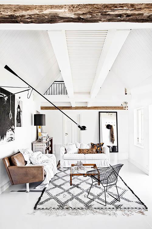 Salón nórdico blanco con tonos de negro y marrón