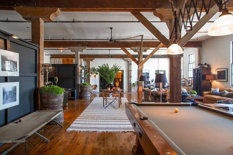 Loft de estilo industrial con una decoración rústica