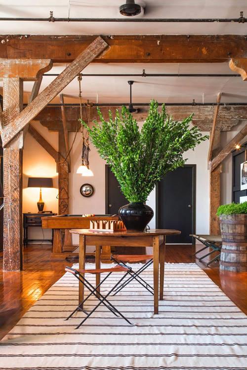 Vigas de madera en un apartamento de estilo industrial