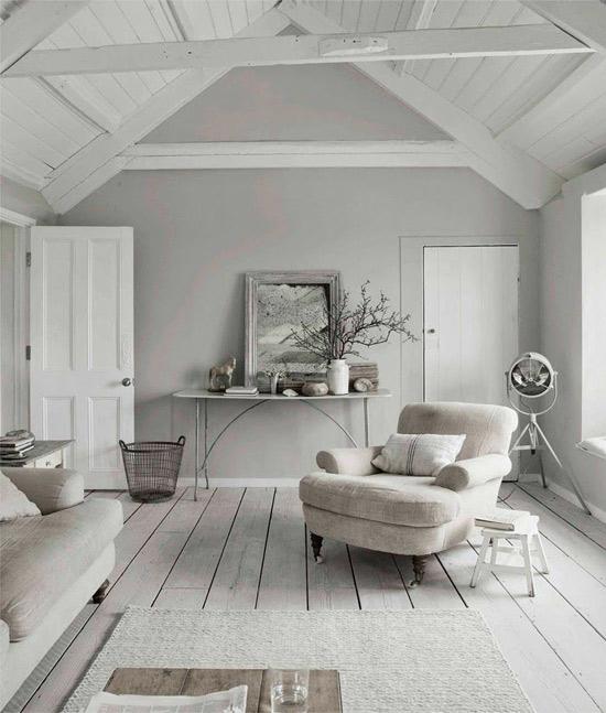 Casa nórdica con las paredes, techos y suelos pintados de color gris