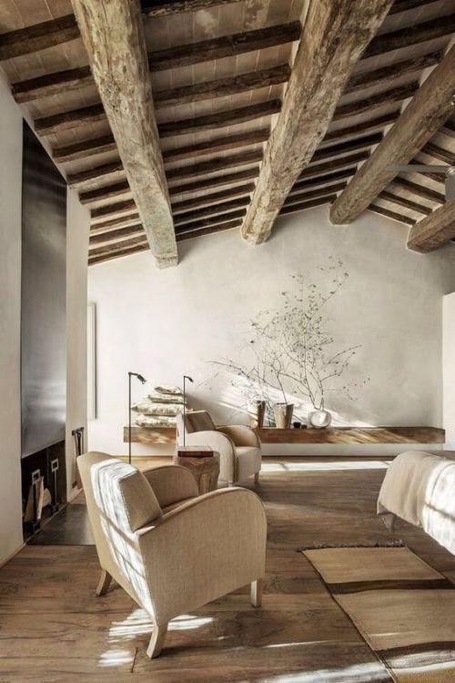 Vigas de madera en el salón de una vivienda rústica