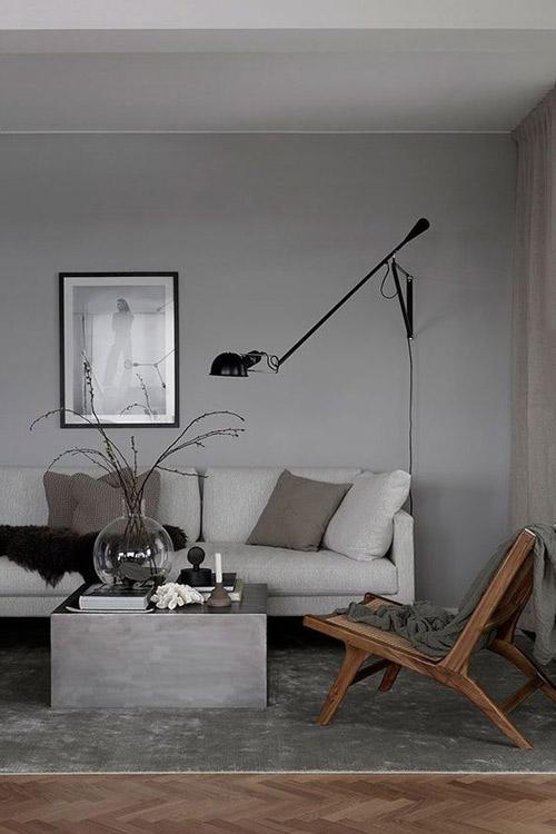 Muebles de madera y tonos grises en las paredes