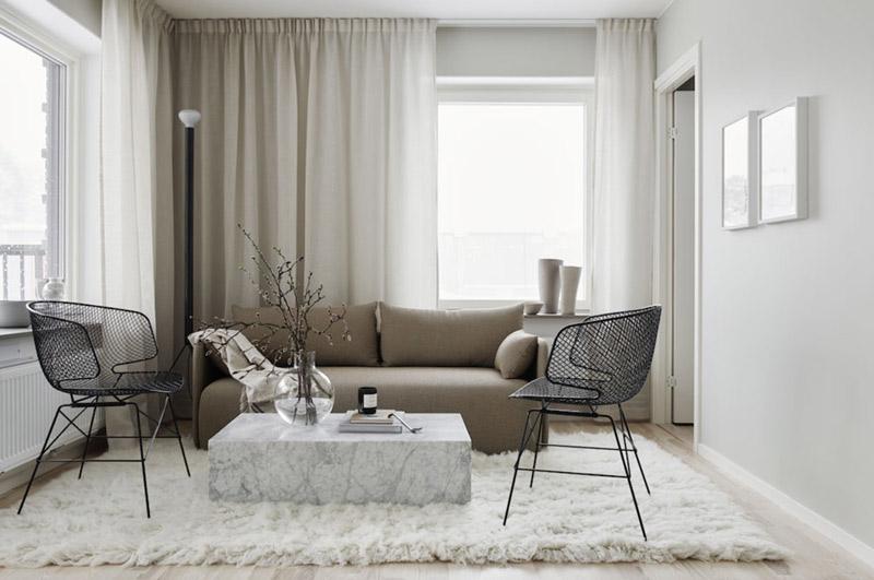 Tonos de beige y gris en un salón de estilo moderno